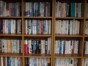 図書スペース はやりの小説からビジネス書まで取り揃えています